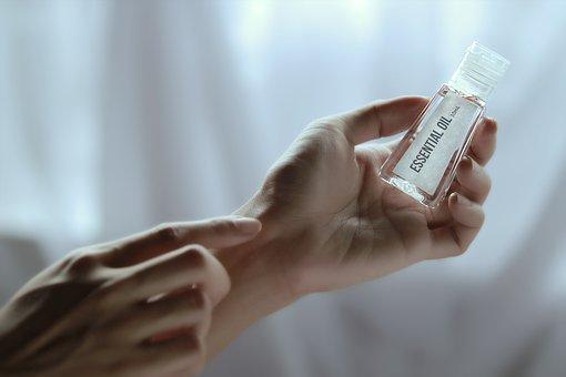 Les huiles essentielles de rose (blanche), géranium rosat, encens, myrte de Corse entrent idéalement dans la composition d'un sérum visage pour les peaux pitta, c'est-à-dire les peaux sensibles